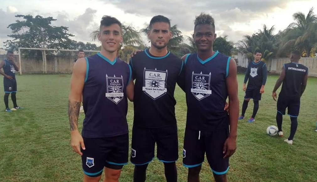 Eduardo Garro junto a compañeros del Wagiya FC.